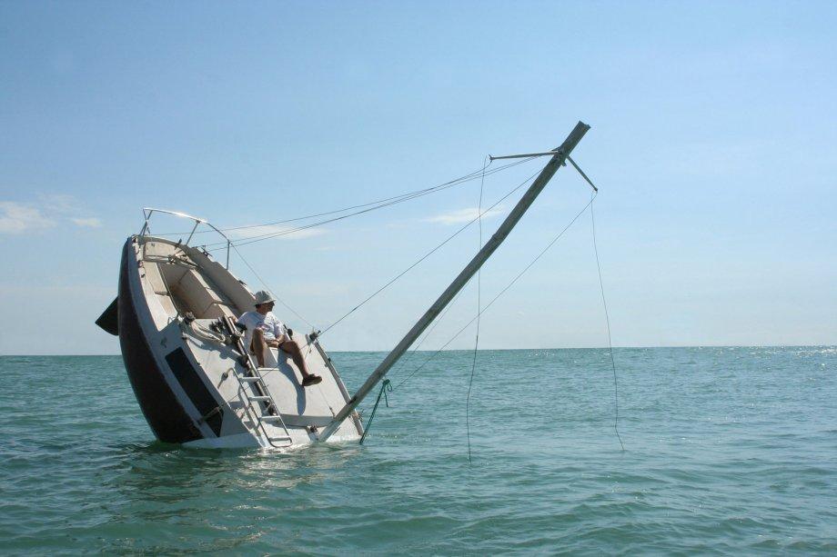 Love-love-Barca-realizzata-come-una-nave-che-affonda6.jpg